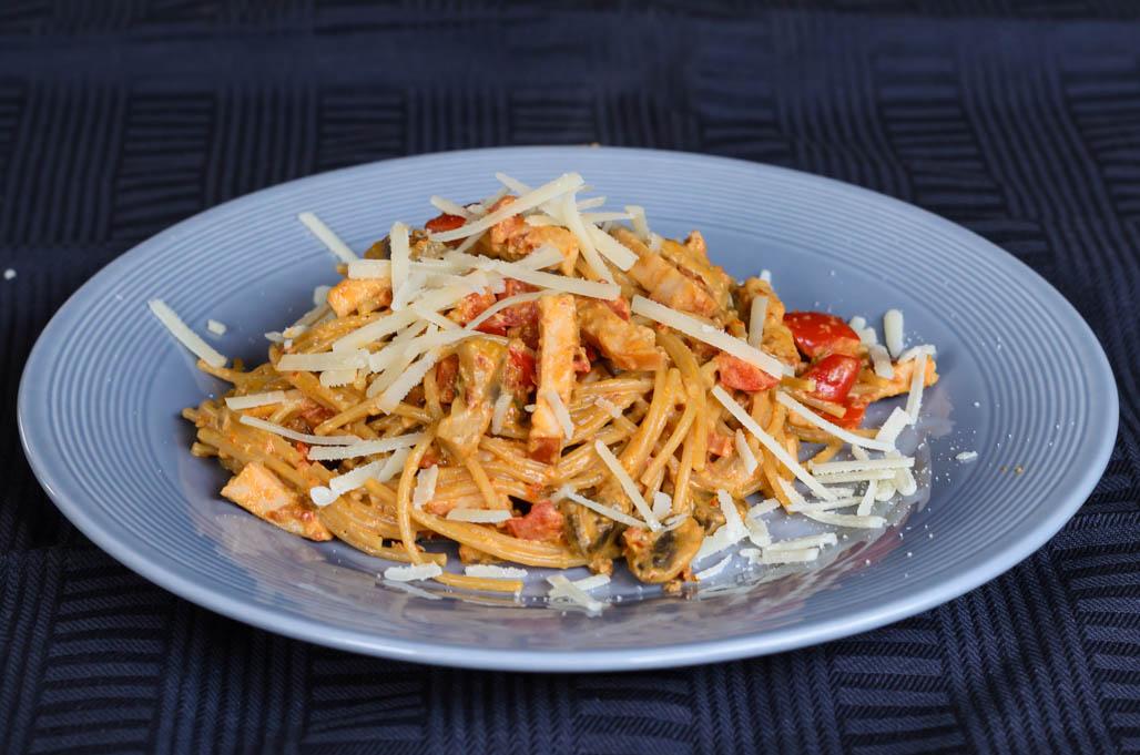 Spaghettie met rode pesto en gerookte kip