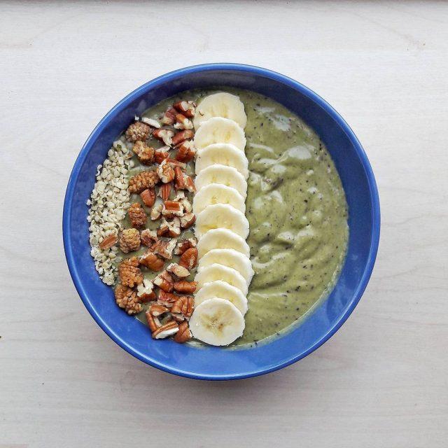 Vanochtend weer mijn favo ontbijtsmoothe gemaakt met blauwe bes avocadohellip